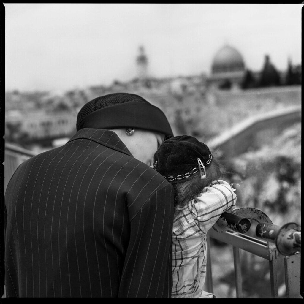 Mère et son fils regardant la vue d'Israel