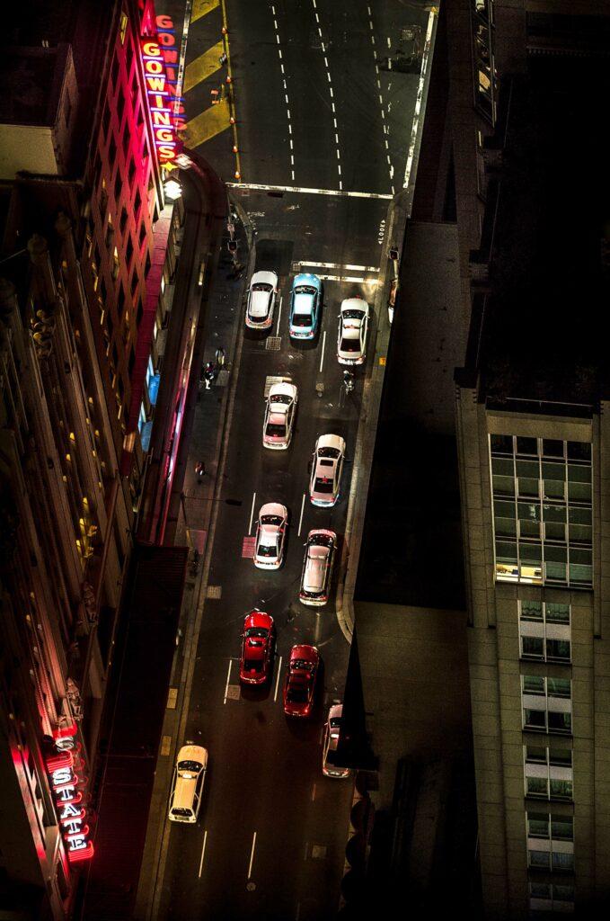 Vue sur une route de tokyo et ses voitures