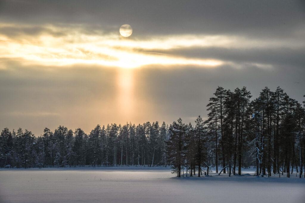 Paysage enneigé d'une soirée d'hiver en Finlande