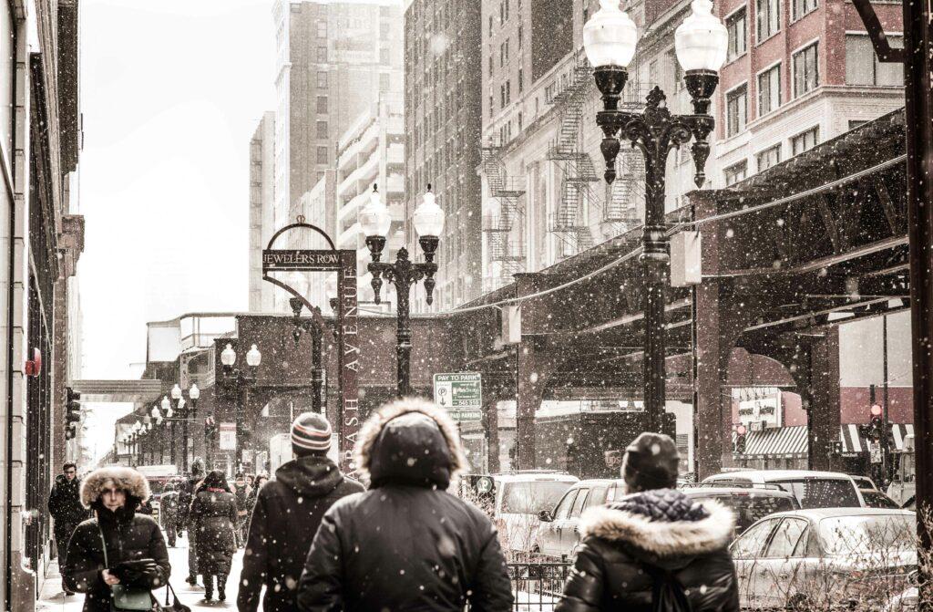 Passant marchant sous la neige dans les rues de Chicago