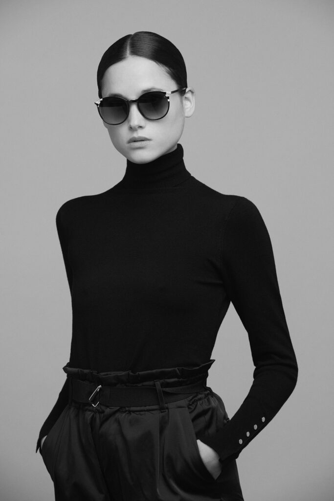 Femme chic portant des lunettes de la marque Eye Five