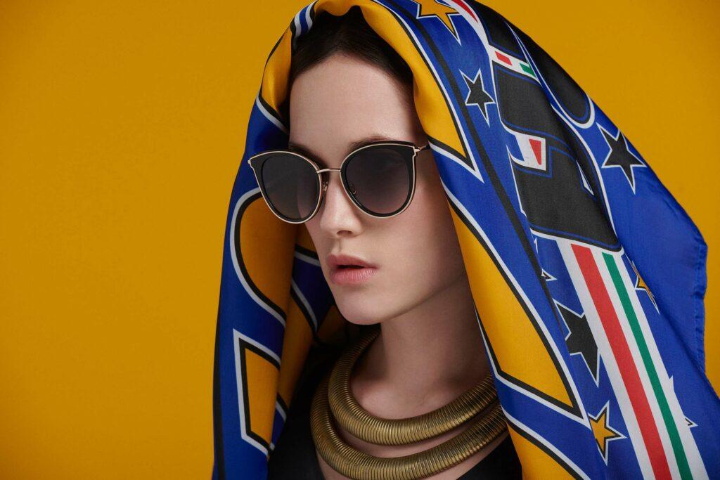 Femme portant des lunettes de la marque Eye Five