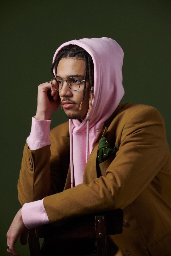Homme portant des lunettes de la marque Eye Five