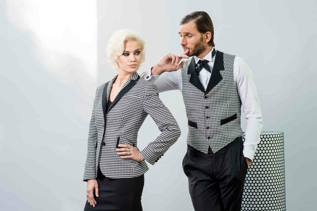Photo de mode d'une femme et d'un homme portant un costume à motif identique se regardant
