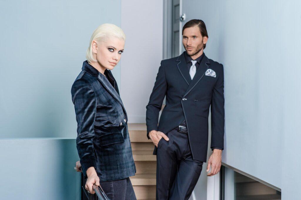 Photo de mode, on y voit une femme élégante et un homme qui la regarde avec fierté