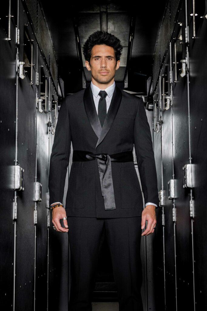 Photo de mode montrant un portrait d'homme se tenant au milieu d'un couloir