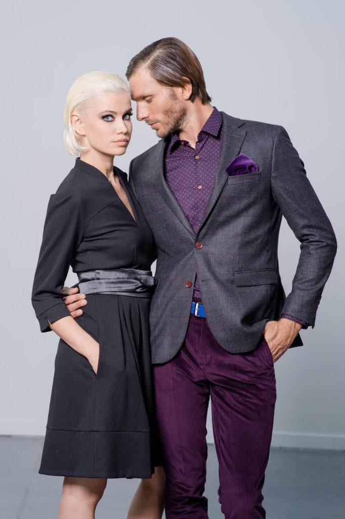 Photo de mode, homme tenant une femme par la taille en la regardant avec douceur