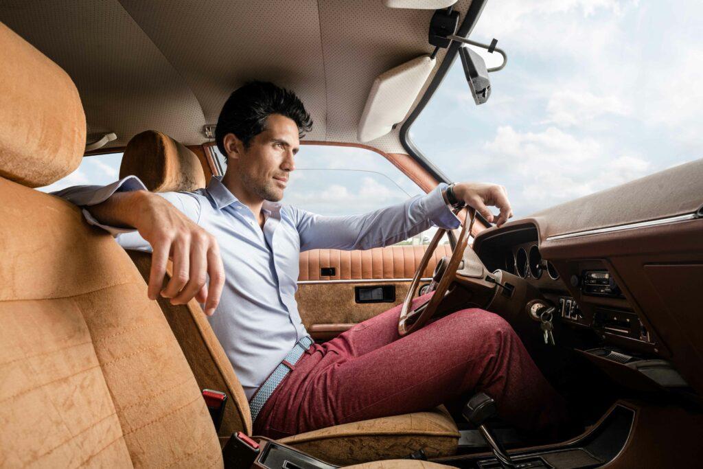 Photo de mode montrant un homme qui se trouve dans une voiture