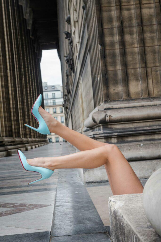 Escarpins pastel dans une rue parisienne
