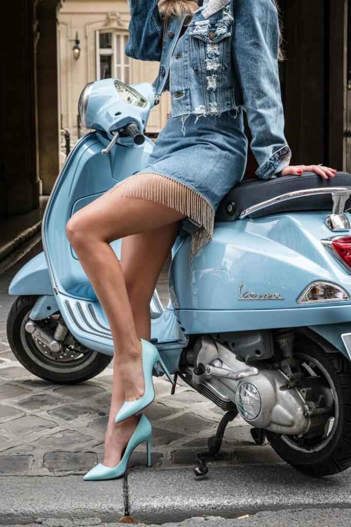 Femme assise sur un scooter vintage