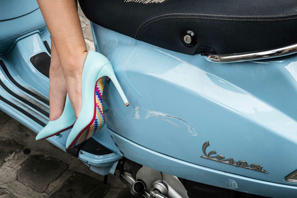 Escarpinsd et scooter vintage bleu pastel