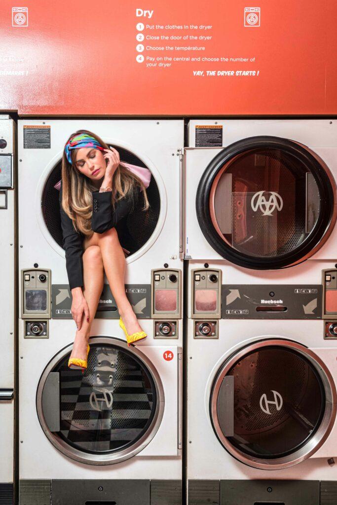 Femme assise dans une machine à laver retro parisienne