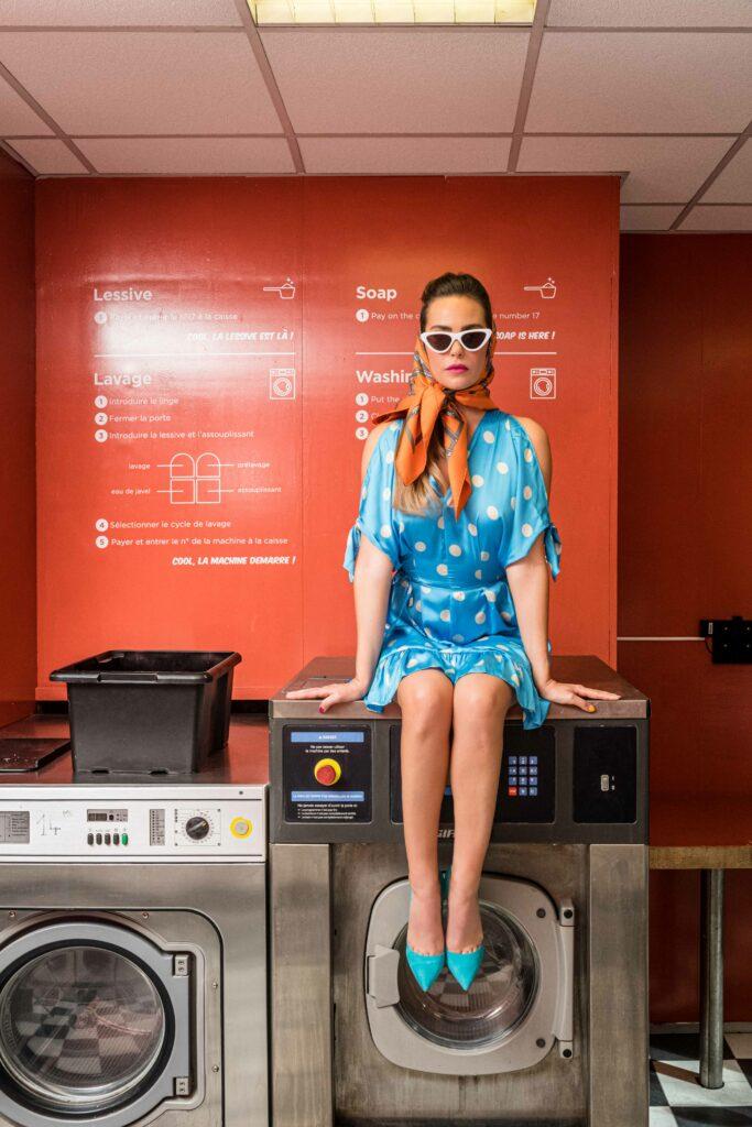 Femme assise dans une laverie parisienne