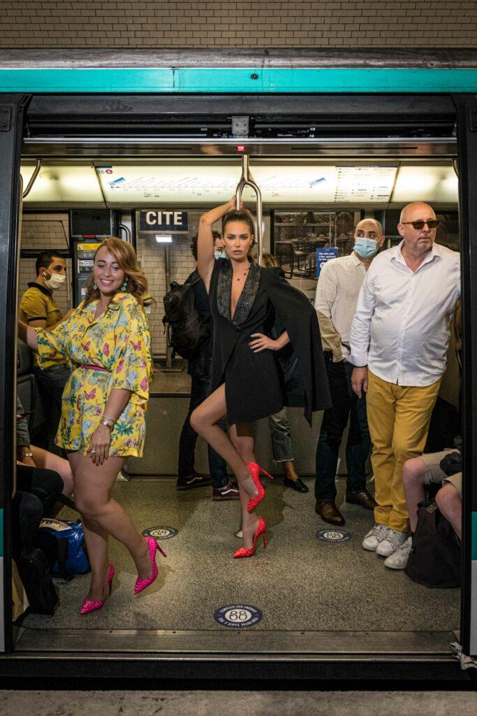 Femme en escarpins et tenu glamour dans un metro parisien