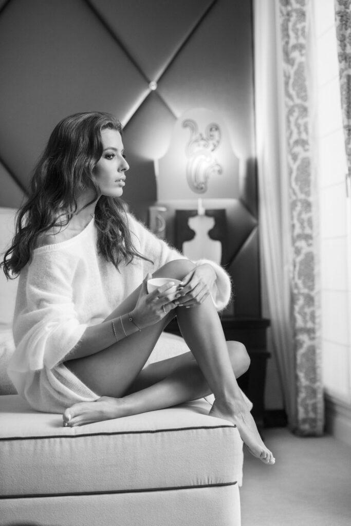 Femme pensive qui déguste son café sur son lit