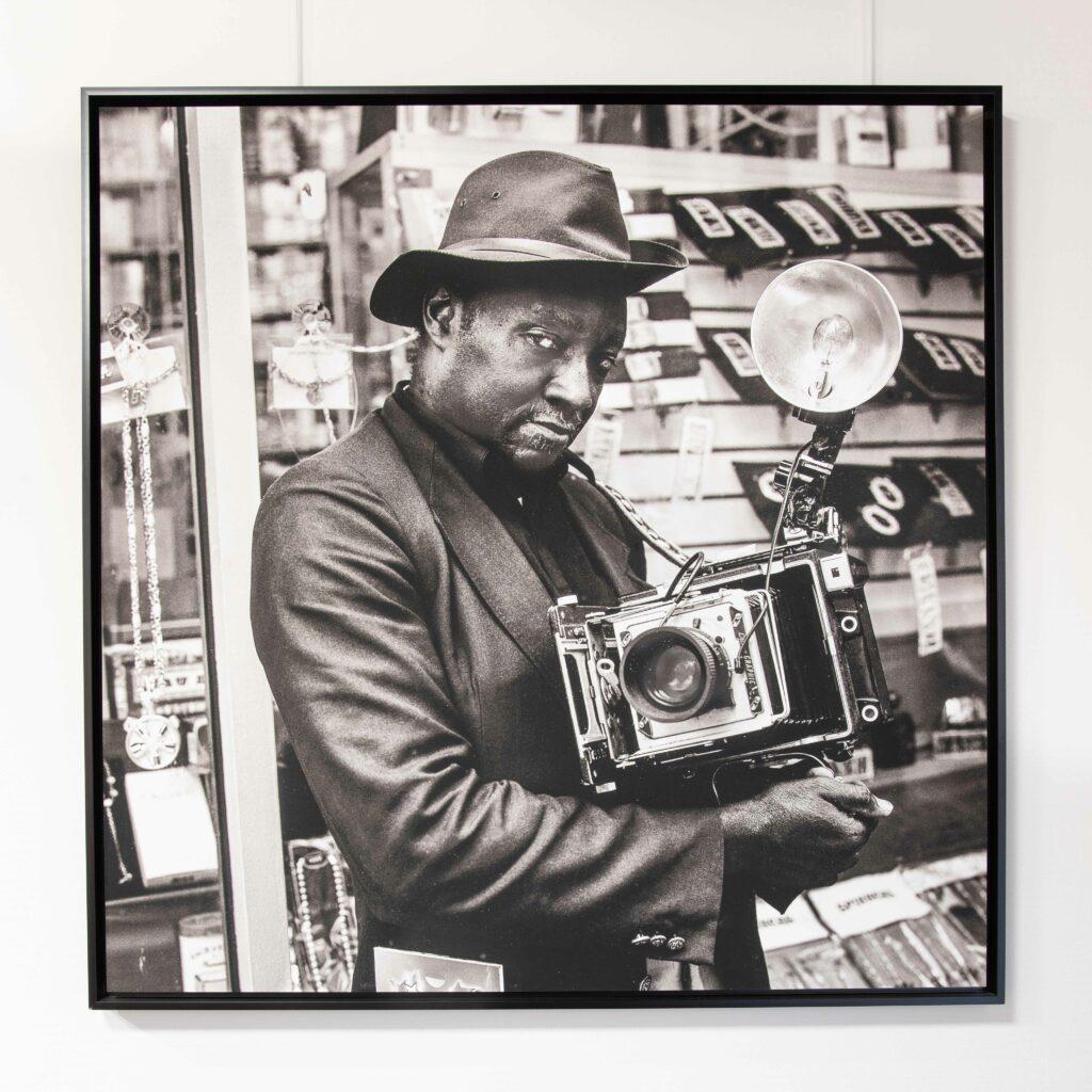 Photo d'art accroché par des cimaises dans un studio photo à Paris